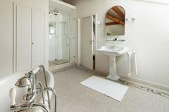 Lyxigt klassiskt badrum Arkivbilder
