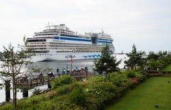 Lyxigt kryssningskepp Aida Mar som lämnar hamnen Arkivbilder