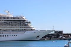 Lyxigt kryssningskepp i den Monaco hamnen Arkivbild