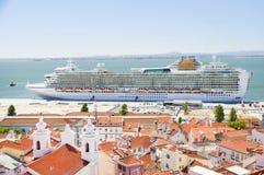 Lyxigt kryssningskepp i Lissabon Arkivfoton