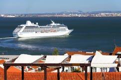 Lyxigt kryssningskepp i Lissabon Royaltyfria Bilder