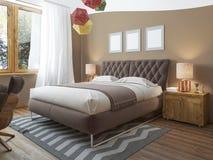 Lyxigt ljust sovrum i vinden arkivfoton