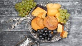 Lyxigt matbegrepp Ostrestaurangportion Matkonstbegrepp Variation av hårdost och filialen av druvor på raritet arkivfilmer