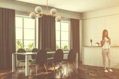 Lyxigt matsalkök, gröna stolar, kvinna Arkivbilder