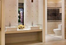 lyxigt modernt för badrum Arkivfoton