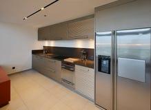 Lyxigt modernt kökområde och garnering på natten på condominiu royaltyfria foton