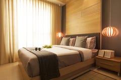 Lyxigt modernt sovrum. Royaltyfri Foto