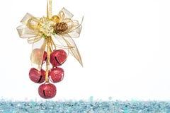 Lyxigt rött klirr Klockor, bandbowknot med snö royaltyfri bild