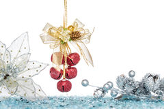 Lyxigt rött klirr Klockor och sörjer kotten med snö royaltyfri foto