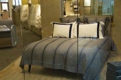 Lyxigt sängklädermadrasslager Royaltyfri Bild