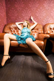 lyxigt sexigt sofakvinnabarn Royaltyfri Fotografi