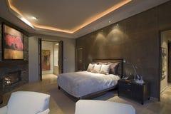 Lyxigt sovrum i hus Royaltyfri Foto