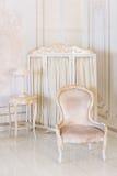 Lyxigt sovrum i ljusa färger med spegel- och vikningskärmen Elegant klassisk inre royaltyfri bild