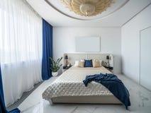 Lyxigt sovrum i modern stil Arkivbilder