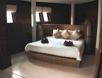 Lyxigt sovrum i villan arkivfoto