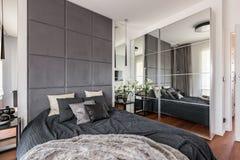 Lyxigt sovrum med den spegelförsedda garderoben royaltyfri foto