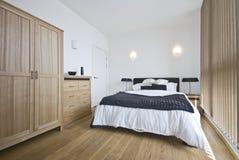 Lyxigt sovrum med ett konungformatunderlag Arkivbild