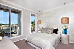 Lyxigt sovrum med konungformatsäng i ett hotell eller ett hus med bambo royaltyfri foto