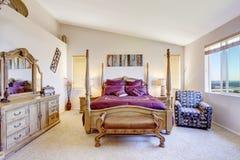 Lyxigt sovrum med snidit wood möblemang Arkivfoton