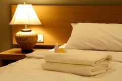 Lyxigt sovrum med två handdukar och schampo Royaltyfri Bild