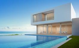 Lyxigt strandhus med havssiktssimbassängen i den moderna designen, semesterhem för stor familj Arkivfoton