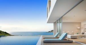 Lyxigt strandhus med havssiktssimbassängen och terrass nära vardagsrum i modern design, semesterhem eller ferievilla Fotografering för Bildbyråer