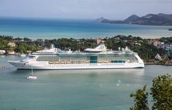 Lyxigt vitt kryssningskepp i St Lucia Bay Royaltyfri Foto