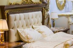 Lyxigt vitt sovrum arkivbild