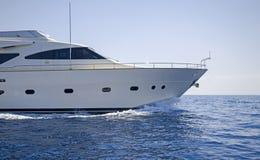 Lyxmotoryacht som kryssar omkring det Aegean havet Fotografering för Bildbyråer