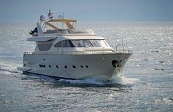 Lyxmotoryacht som kryssar omkring det Aegean havet Royaltyfri Fotografi