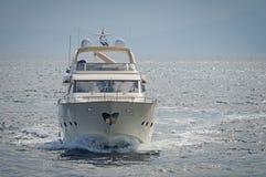 Lyxmotoryacht som kryssar omkring det Aegean havet Royaltyfria Bilder