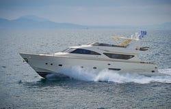 Lyxmotoryacht som kryssar omkring det Aegean havet Royaltyfri Foto