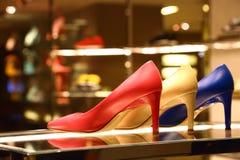 Lyxskor på försäljning i Milan Royaltyfri Bild