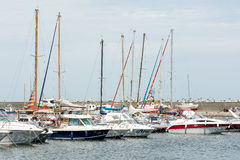 Lyxyachter och fartyg i port Arkivbild