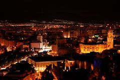 Màlaga nachts - Stadtbild Lizenzfreie Stockbilder