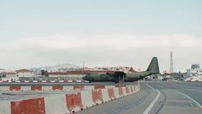 Màlaga, Spanien am 10. Dezember 2018: Flugzeug, das vom Flughafen sich entfernt Flache Landungsansicht der Abfahrtankunft vom Ans stock video
