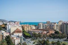 MÀLAGA, SPANIEN - 16. FEBRUAR 2014: Ein ikonenhafter Panoramablick von einem Schloss von Màlaga zur Stadt und zum Mittelmeer Lizenzfreies Stockbild