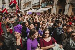 MÀLAGA, SPANIEN - 8. MÄRZ 2018: Tausenden Frauen nehmen am feministischen Streik am Frauen-Tag im Stadtzentrum von Màlaga teil Lizenzfreie Stockfotos