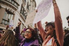 MÀLAGA, SPANIEN - 8. MÄRZ 2018: Tausenden Frauen nehmen am feministischen Streik am Frauen-Tag im Stadtzentrum von Màlaga teil Stockbild