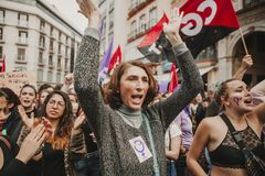 MÀLAGA, SPANIEN - 8. MÄRZ 2018: Tausenden Frauen nehmen am feministischen Streik am Frauen-Tag im Stadtzentrum von Màlaga teil Stockfoto