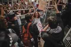 MÀLAGA, SPANIEN - 8. MÄRZ 2018: Tausenden Frauen nehmen am feministischen Streik am Frauen-Tag im Stadtzentrum von Màlaga teil Lizenzfreie Stockfotografie
