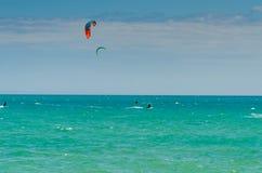 MÀLAGA, SPANIEN - 25. MAI, 201 Kiteboarder genießt, in Blau zu surfen Stockfoto