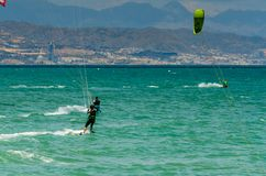 MÀLAGA, SPANIEN - 25. MAI, 201 Kiteboarder genießt, in Blau zu surfen Stockfotografie
