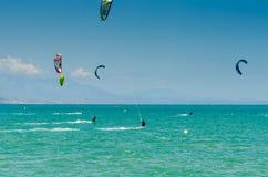 MÀLAGA, SPANIEN - 25. MAI, 201 Kiteboarder genießt, in Blau zu surfen Lizenzfreies Stockfoto