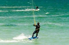 MÀLAGA, SPANIEN - 25. MAI, 201 Kiteboarder genießt, in Blau zu surfen Lizenzfreies Stockbild