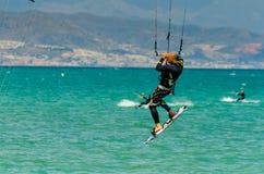 MÀLAGA, SPANIEN - 25. MAI, 201 Kiteboarder genießt, in Blau zu surfen Lizenzfreie Stockfotos