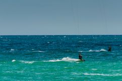 MÀLAGA, SPANIEN - 25. MAI, 201 Kiteboarder genießt, in Blau zu surfen Lizenzfreie Stockfotografie