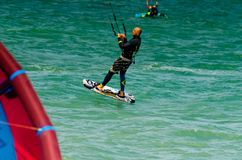 MÀLAGA, SPANIEN - 25. MAI, 201 Kiteboarder genießt, in Blau zu surfen Lizenzfreie Stockbilder