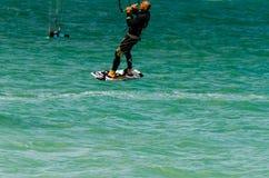 MÀLAGA, SPANIEN - 25. MAI, 201 Kiteboarder genießt, in Blau zu surfen Stockfotos