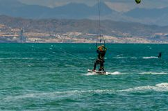 MÀLAGA, SPANIEN - 25. MAI, 201 Kiteboarder genießt, in Blau zu surfen Stockbild